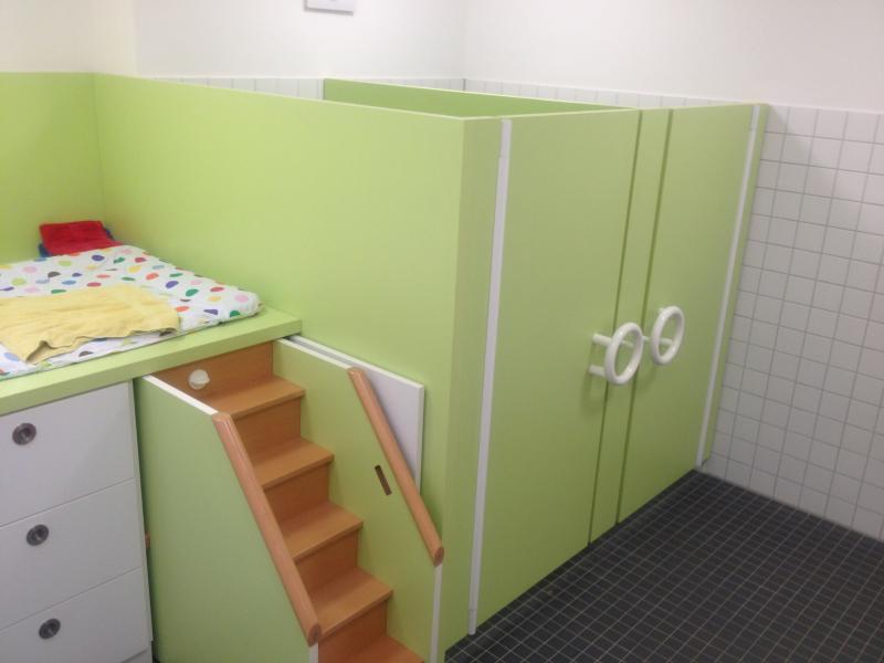 Wickeltisch und WC-Trennwände - tischlerei-focke.de