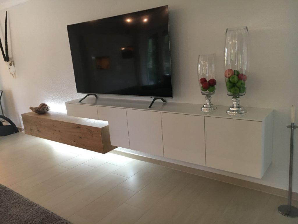 Wohnzimmereinrichtung in weiß Hochglanz mit Risseiche und indirekte Led-Beleuchtung